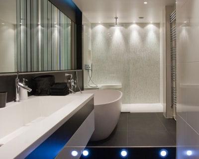 Le carrelage associ l 39 clairage color une d co qui fait illusion journal des femmes for Comfemme nue dans la salle de bain