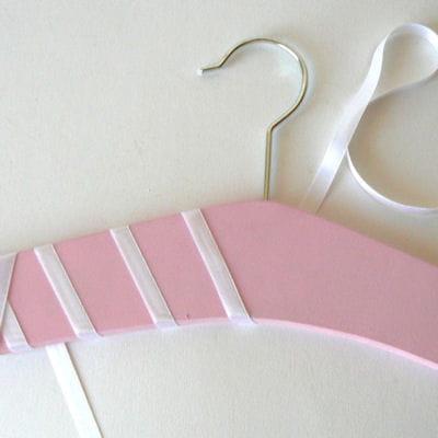 Peindre et enrubanner le cintre 3 id es d co faire soi for Peindre une chambre de fille