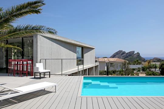 une villa de bord de mer entre art et design journal des femmes. Black Bedroom Furniture Sets. Home Design Ideas