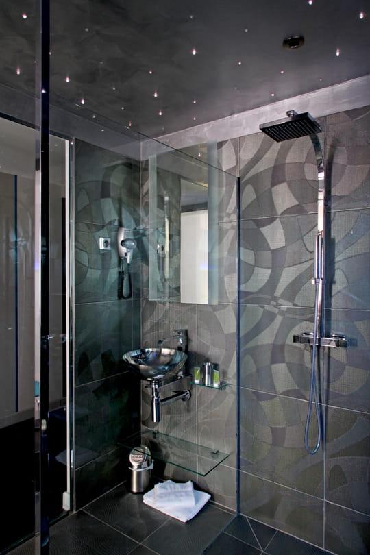 La douche l 39 italienne passe au noir journal des femmes for Deco douche a l italienne
