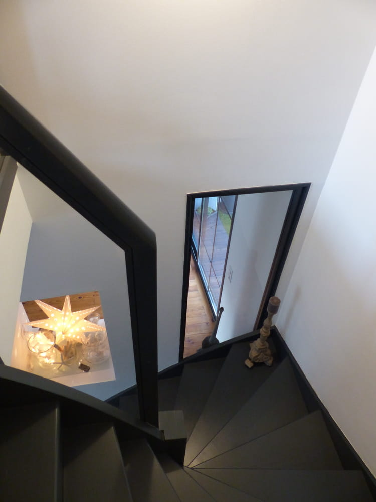 un escalier sombre mais lumineux visitez la maison de carole journal des femmes. Black Bedroom Furniture Sets. Home Design Ideas