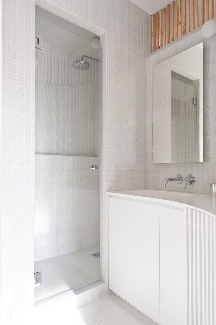 une petite salle de bains fonctionnelle. Black Bedroom Furniture Sets. Home Design Ideas