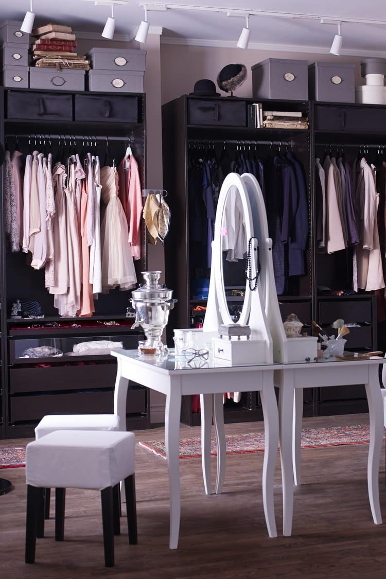 coiffeuse hemnes avec miroir d 39 ikea 10 coiffeuses pour se faire belle journal des femmes. Black Bedroom Furniture Sets. Home Design Ideas
