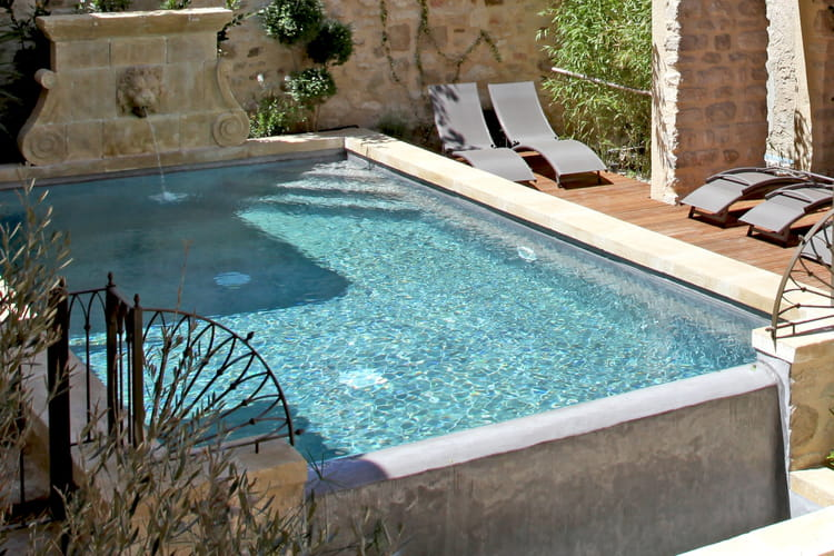 une fontaine en pierre comment embellir le coin piscine journal des femmes. Black Bedroom Furniture Sets. Home Design Ideas