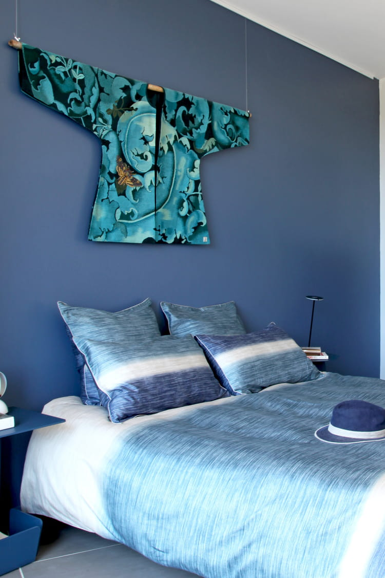 kimono bleu en t te de lit la mise en sc ne du v tement. Black Bedroom Furniture Sets. Home Design Ideas