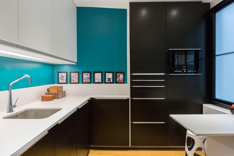 une cuisine pur e d co en contrastes dans un appartement parisien journal des femmes. Black Bedroom Furniture Sets. Home Design Ideas