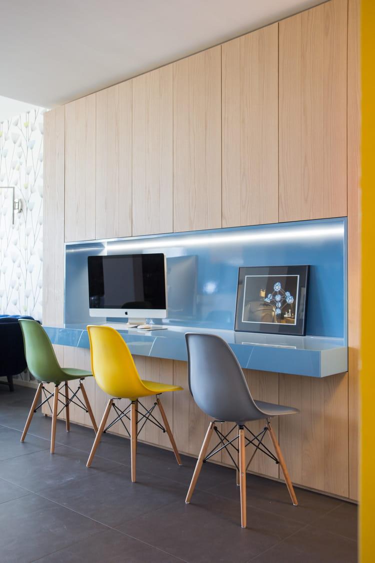 ambiance haute en couleurs au bureau 1 chaise eames 10 possibilit s journal des femmes. Black Bedroom Furniture Sets. Home Design Ideas