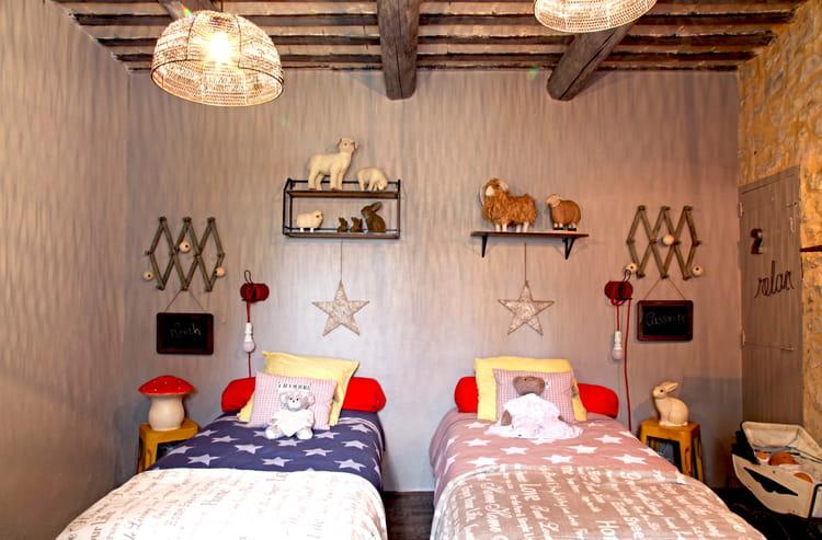tabouret chin en guise de table de nuit tables de nuit originales au chevet du lit journal. Black Bedroom Furniture Sets. Home Design Ideas