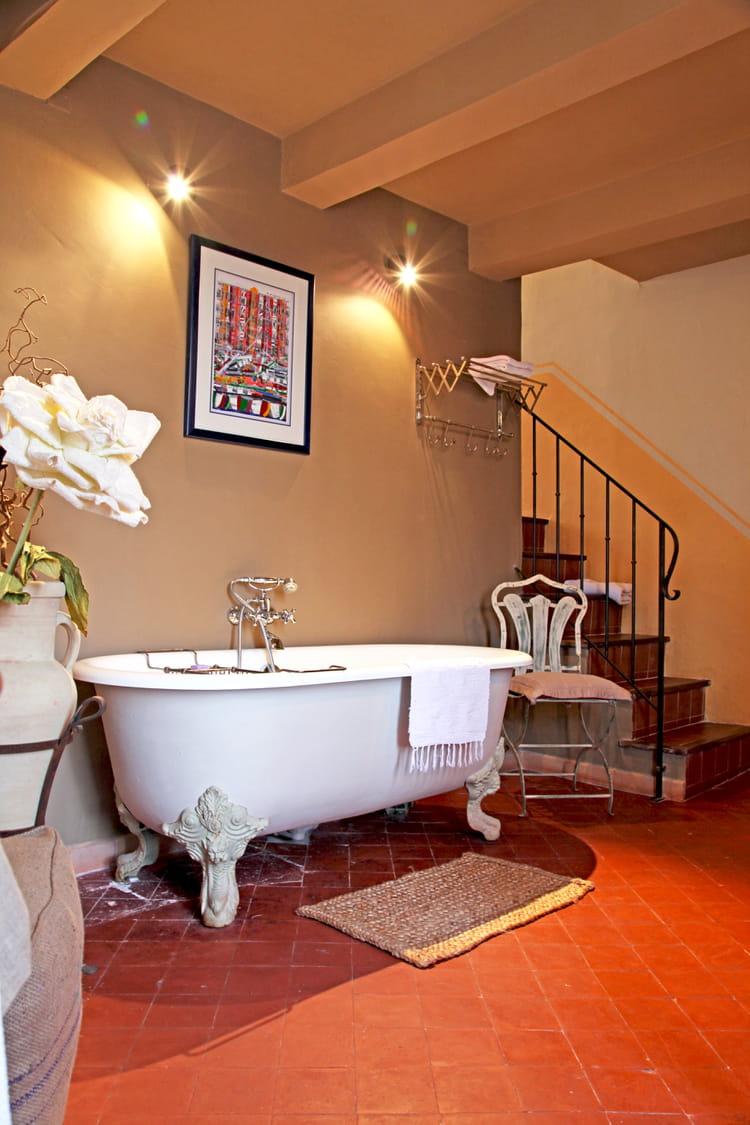 Un coin salle de bains une salle de bains taupe pour un for Reveil de salle de bain