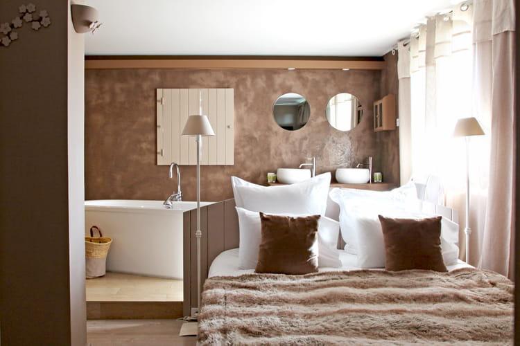Une salle de bains ouverte une salle de bains taupe pour for Reveil de salle de bain