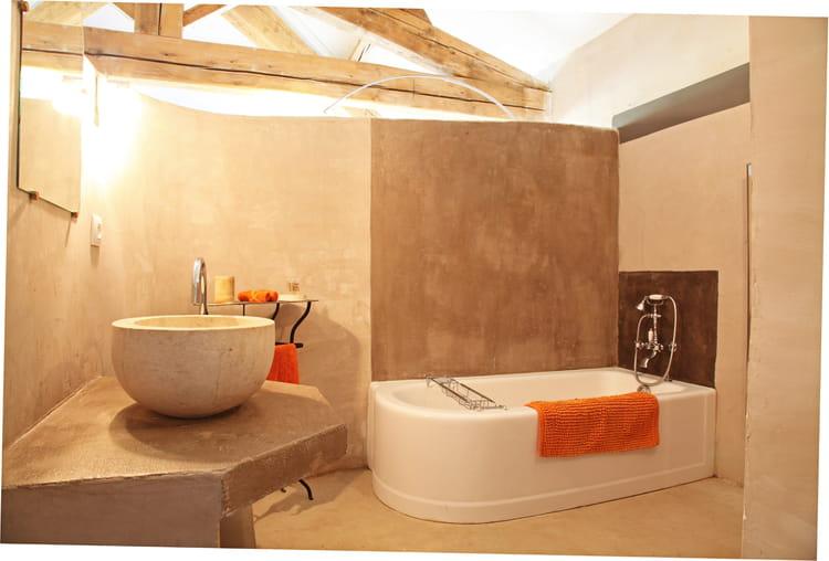 Une salle de bains brute une salle de bains taupe pour for Reveil de salle de bain