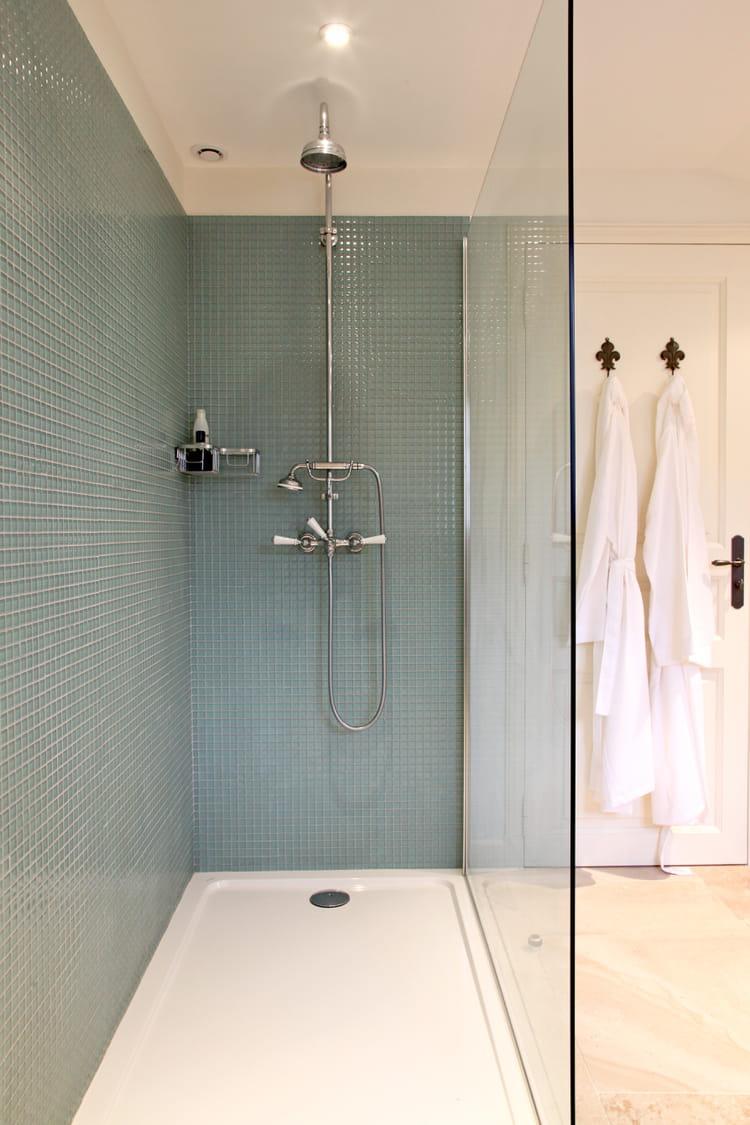 pluie bleu ciel douche l 39 italienne 55 id es pour l 39 am nager journal des femmes. Black Bedroom Furniture Sets. Home Design Ideas