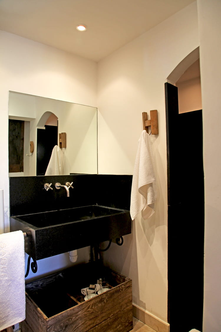 salle de bains en noir et blanc. Black Bedroom Furniture Sets. Home Design Ideas