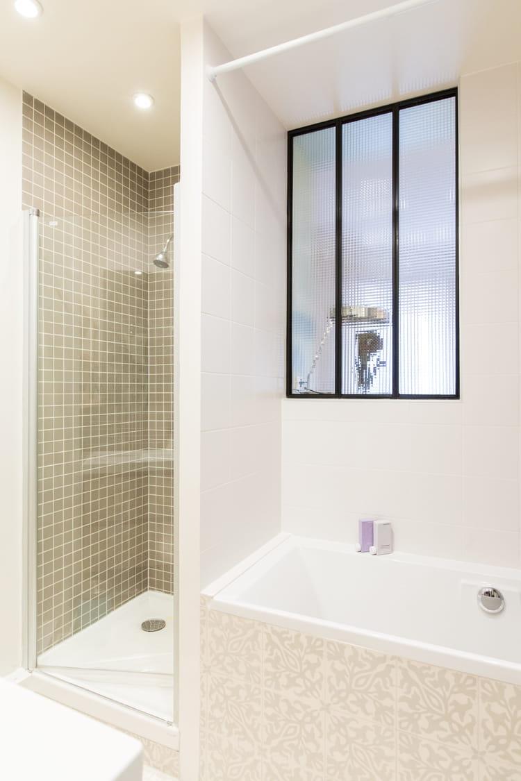 salle de bains avec fen tre salle de bains petite mais pleine d 39 id es journal des femmes. Black Bedroom Furniture Sets. Home Design Ideas