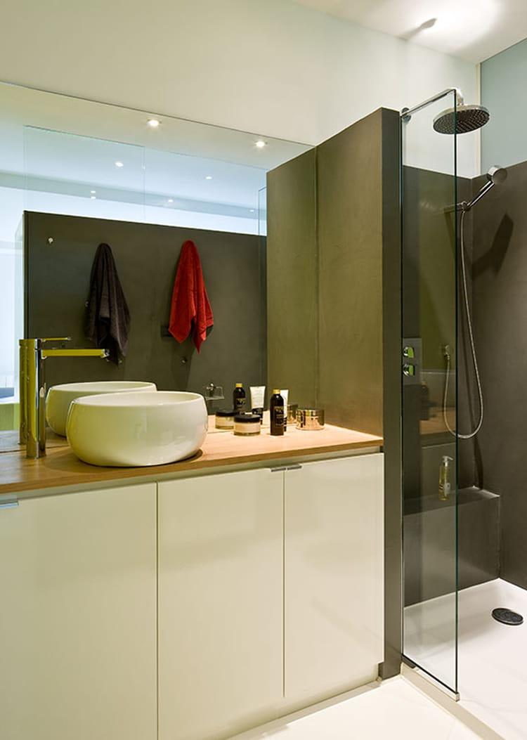 une salle de bains fonctionnelle avant apr s un studio. Black Bedroom Furniture Sets. Home Design Ideas