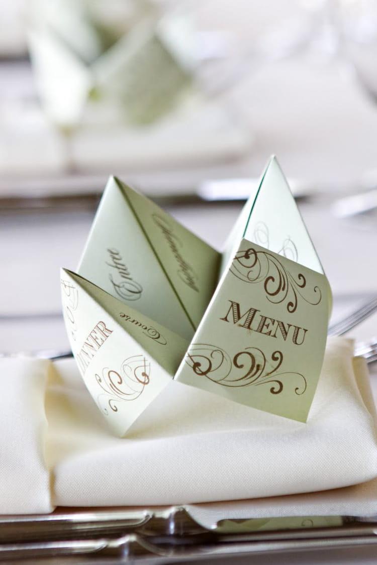 un menu en forme de cocotte en papier 10 id es tendance pour la d co de votre mariage. Black Bedroom Furniture Sets. Home Design Ideas