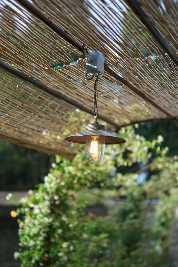 Suspension well glass 7680 de davey lighting for Eclairage suspension exterieur