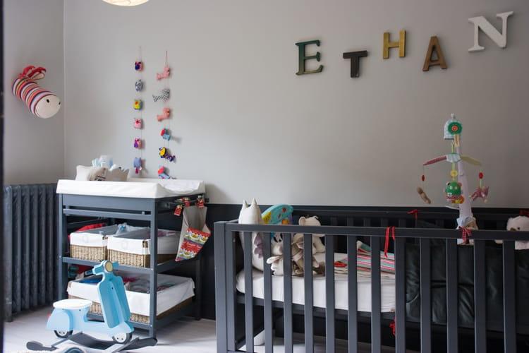 Une chambre de b b grise avec des touches de couleurs - Idee couleur chambre bebe ...