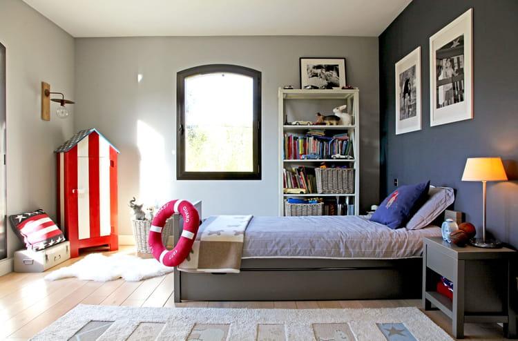 Une chambre de gar on bleue et grise for Chambre garcon bleue