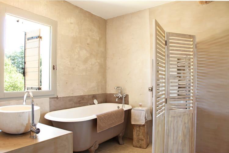 Une cloison de salle de bains d co r cup 39 comment d tourner des persi - Cloison salle de bain ...