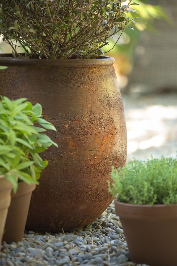 Jarre jille effet rouille par botanic poteries naturelles au jardin journal des femmes - Jarre deco jardin lyon ...