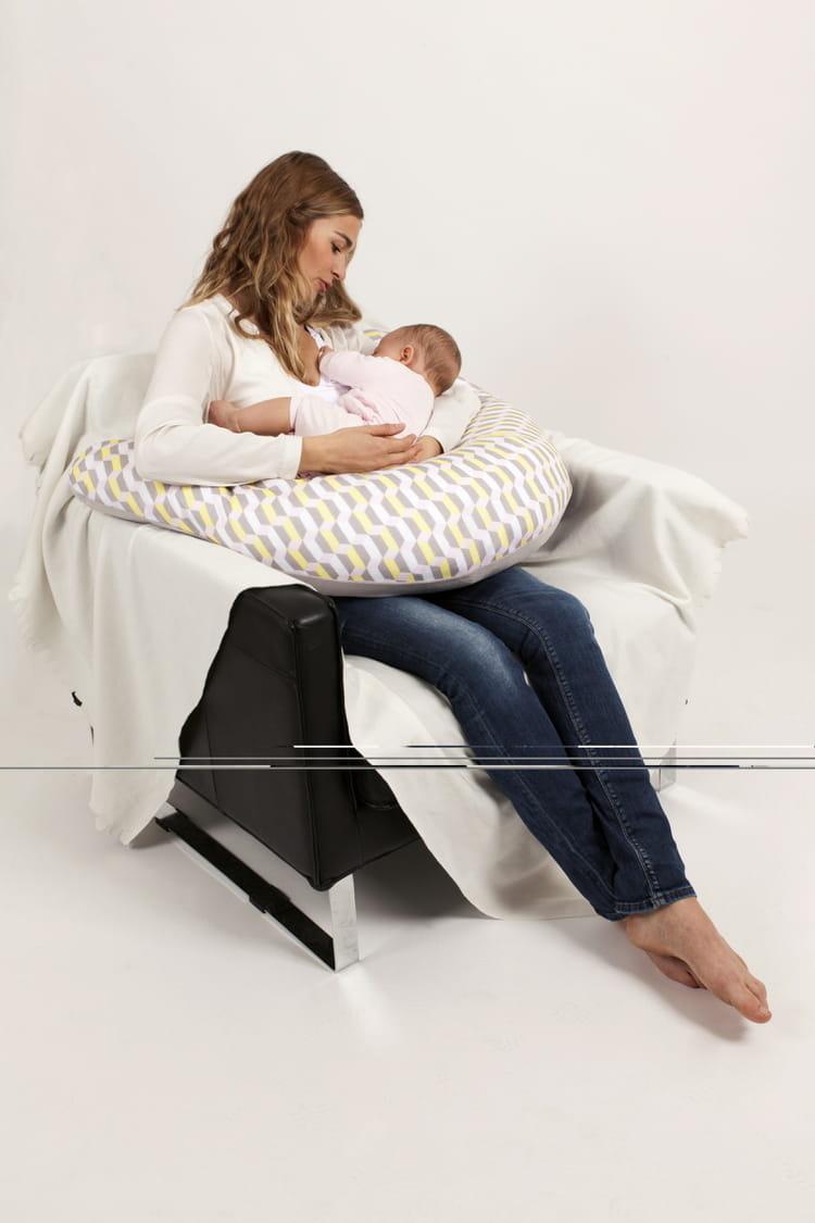 un coussin d 39 allaitement. Black Bedroom Furniture Sets. Home Design Ideas