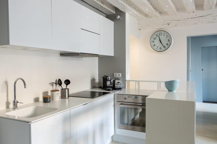 cuisine blanche ouverte sur le salon