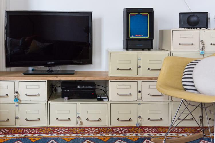 Des casiers pour un meuble de t l des rangements for Meuble tele chambre