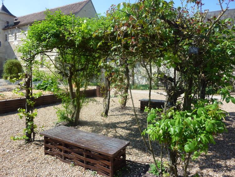 Une pergola de vignes et rosiers des pergolas au charme for Avec quoi couvrir une pergola
