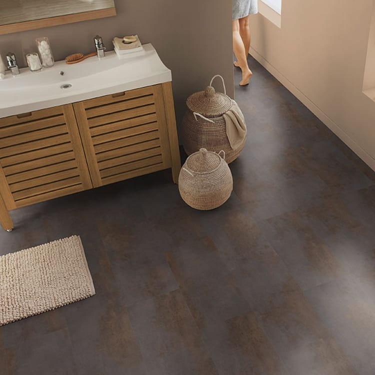 les dalles en pvc quel sol pour la salle de bains journal des femmes. Black Bedroom Furniture Sets. Home Design Ideas