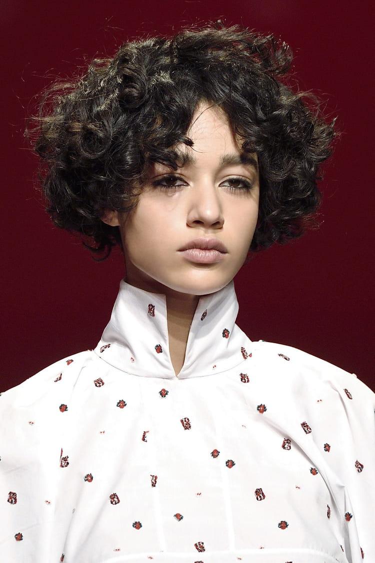 la coupe courte boucl e coiffures de d fil s pour une saison styl e journal des femmes. Black Bedroom Furniture Sets. Home Design Ideas