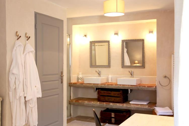 salle de bains encadr e charme et vieilles pierres pour. Black Bedroom Furniture Sets. Home Design Ideas