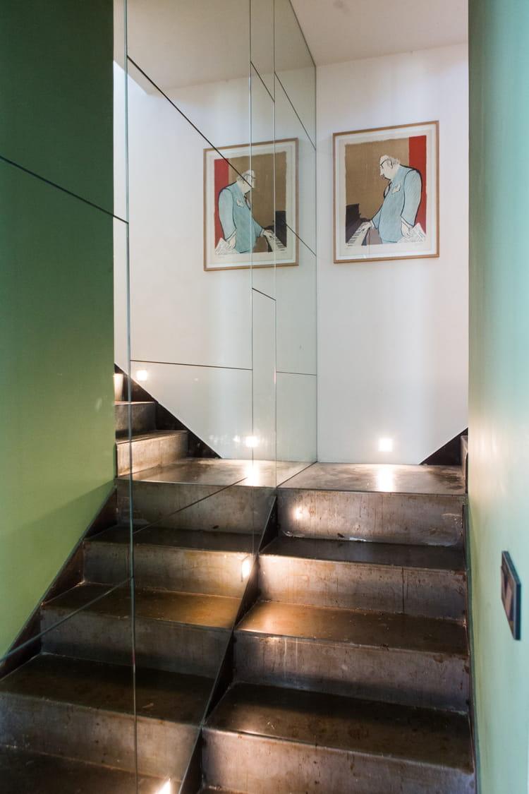 recouvrir un mur de miroirs 26 id es pour relooker ses escaliers journal des femmes. Black Bedroom Furniture Sets. Home Design Ideas