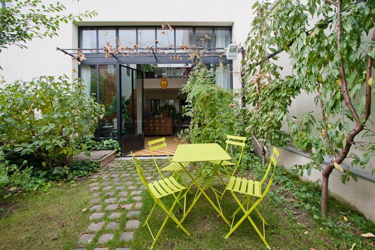un jardin plein sud qui fait respirer toute la maison une maison loft qui s 39 ouvre sur l. Black Bedroom Furniture Sets. Home Design Ideas