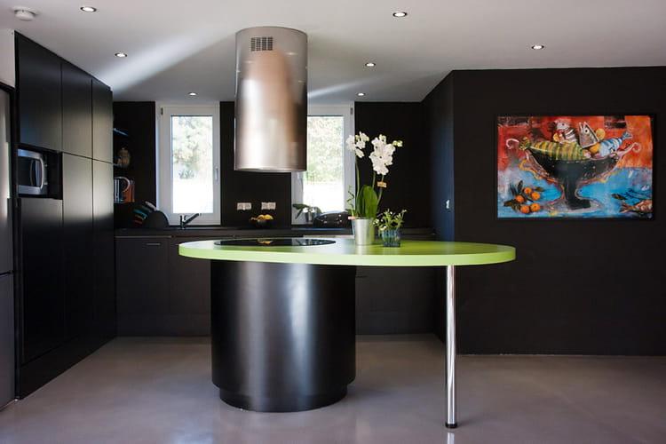 Une cuisine ultra moderne une maison au rythme de la for Cuisine ultra moderne