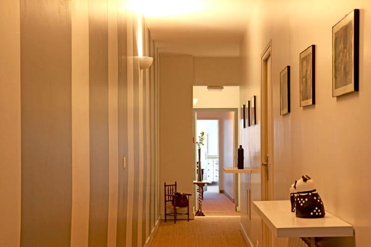 rayures dans le couloir l 39 esprit maison de famille comme on l 39 aime journal des femmes. Black Bedroom Furniture Sets. Home Design Ideas