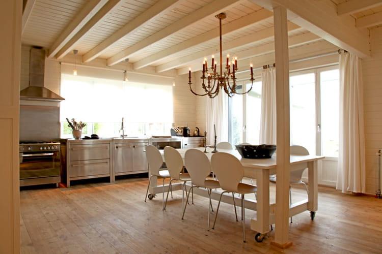 Cuisine inox  Sobriété et fantaisie pour une maison