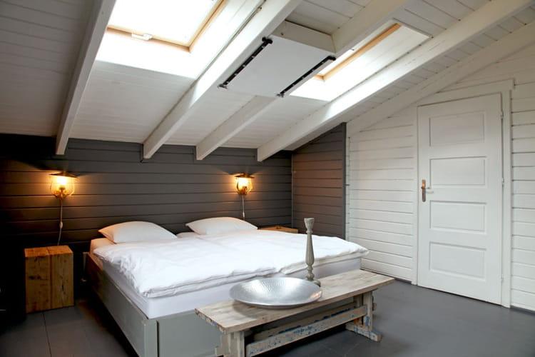 chambre sous toit sobri t et fantaisie pour une maison r ussie journal des femmes. Black Bedroom Furniture Sets. Home Design Ideas