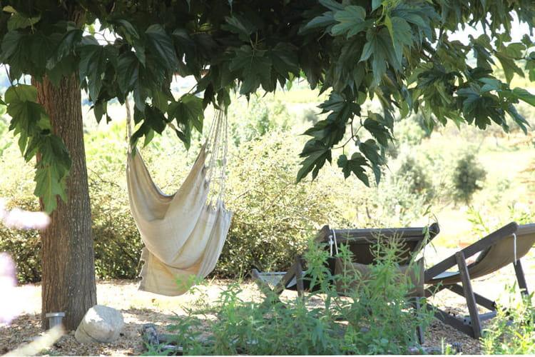 a l 39 ombre du grand arbre les salons d 39 t s 39 installent au jardin journal des femmes. Black Bedroom Furniture Sets. Home Design Ideas