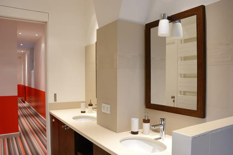 une salle de bains assortie aux chambres d co intemporelle dans un appartement familial. Black Bedroom Furniture Sets. Home Design Ideas