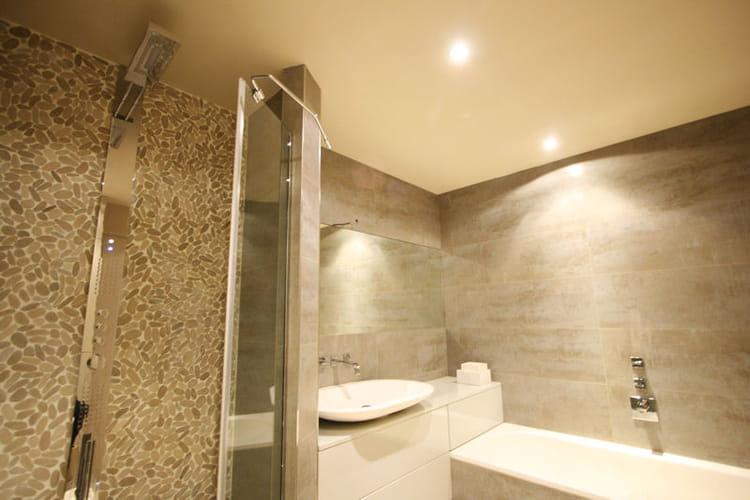 Des galets dans la salle de bains for Salle de bain zen galet