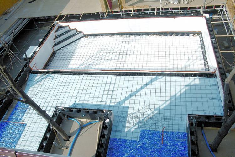 etape 3 le ferraillage secret story 6 la construction de la piscine journal des femmes. Black Bedroom Furniture Sets. Home Design Ideas