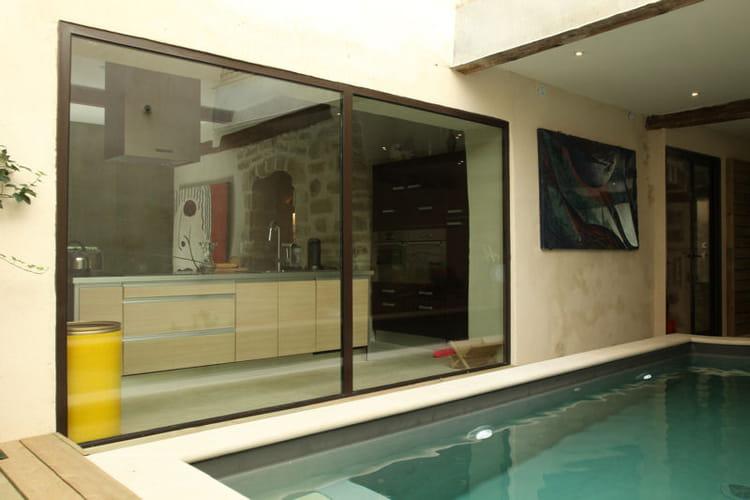 Vue sur la piscine une verri re pour un int rieur ouvert for Verriere piscine