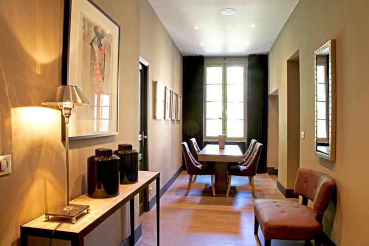 salle en enfilade audace et harmonie dans un appartement aixois journal des femmes. Black Bedroom Furniture Sets. Home Design Ideas