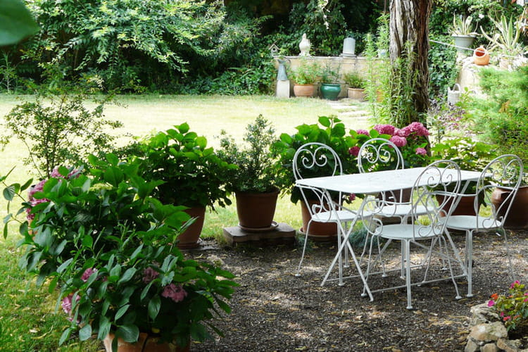 un havre de paix dans le vaucluse vos plus beaux jardins en t journal des femmes. Black Bedroom Furniture Sets. Home Design Ideas