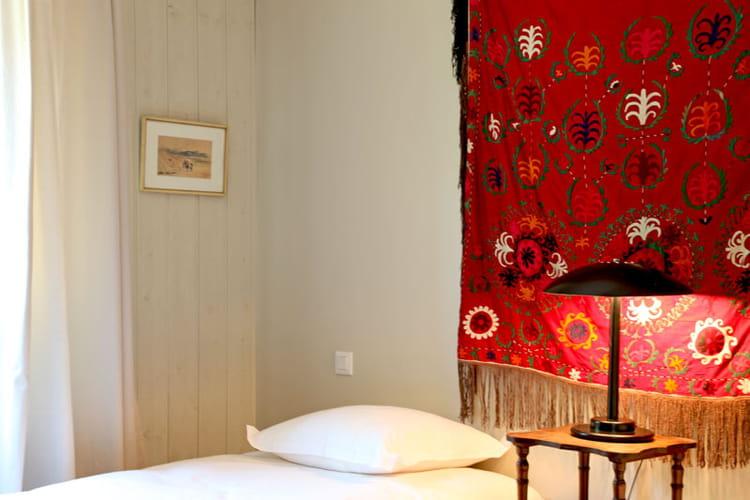 tenture d co une maison cabane dans les alpilles journal des femmes. Black Bedroom Furniture Sets. Home Design Ideas