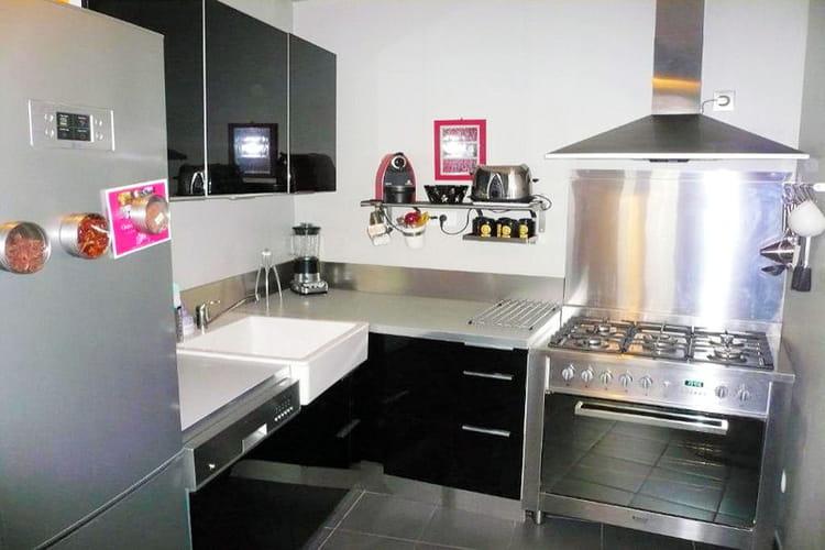 la cuisine joue la carte de l 39 inox visitez la maison de marion journal des femmes. Black Bedroom Furniture Sets. Home Design Ideas