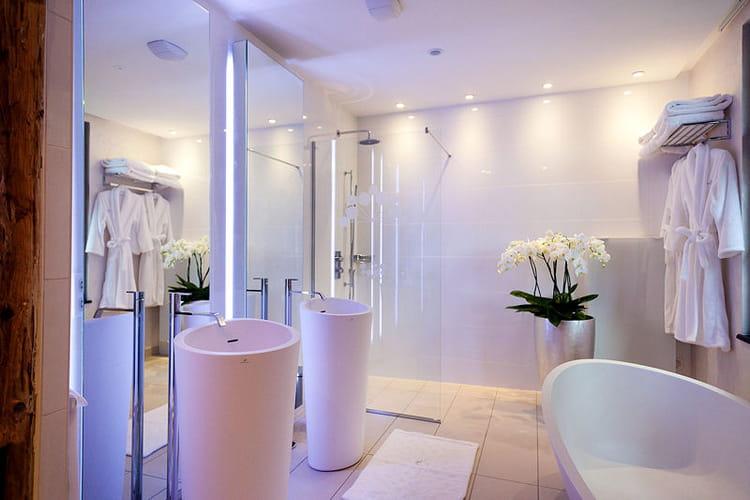 Une salle de bains design d co authentique et raffin e for Du cote de chez vous salle de bain