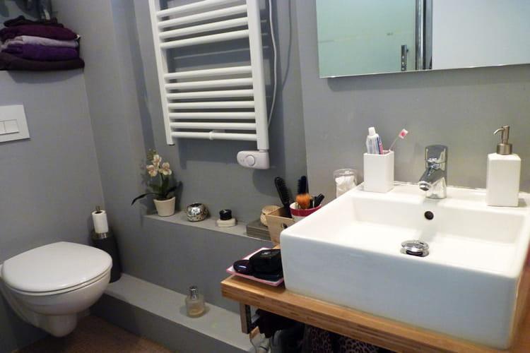 une mini salle de bains 100 confort visitez la maison de marie journal des femmes. Black Bedroom Furniture Sets. Home Design Ideas