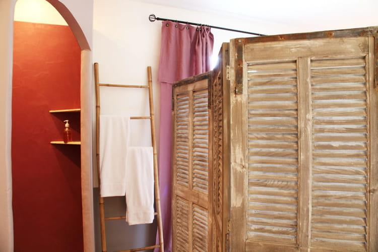 echelle et paravent accessoiriser sa salle de bains comme une pro journal des femmes. Black Bedroom Furniture Sets. Home Design Ideas